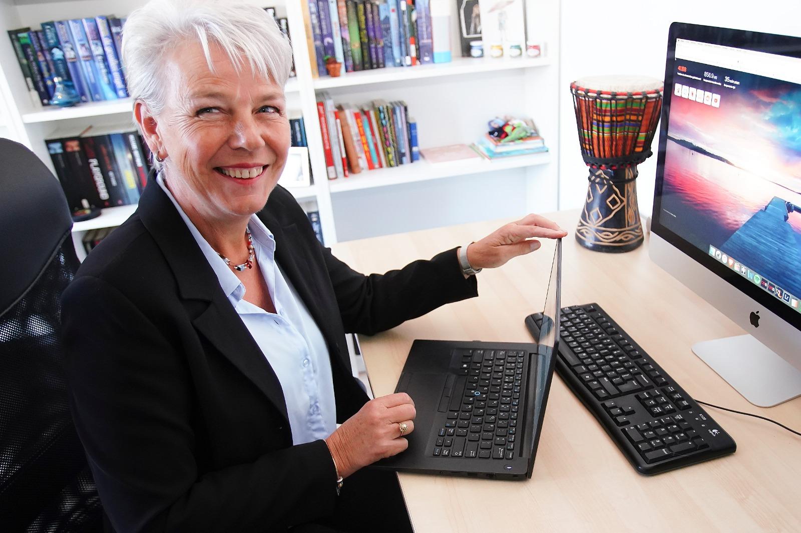 Willy Pardijs achter haar bureau