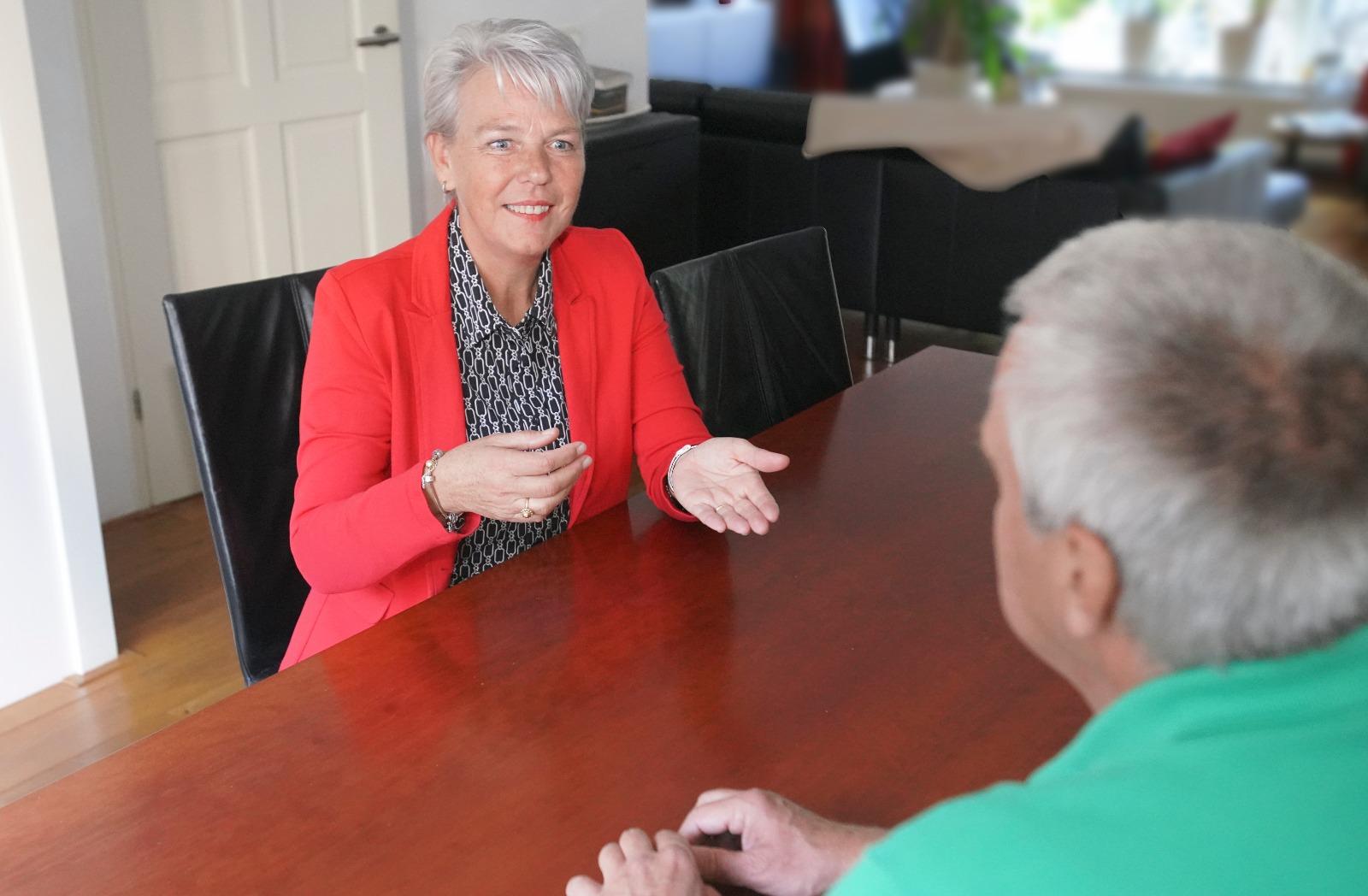 Met een klant in gesprek aan tafel